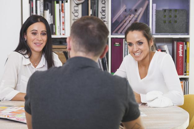 women-talking-men-office_23-2147727666